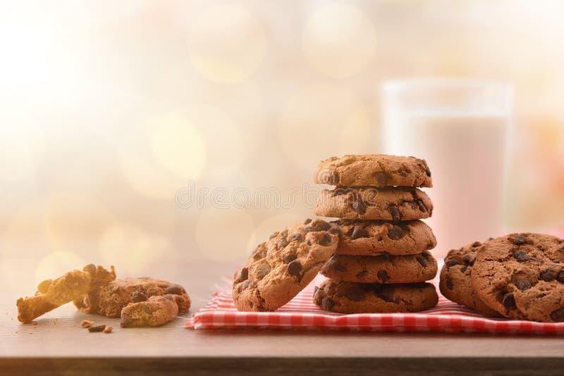 Ontbijt met ronde koekjes met zwart chocolade vooraanzicht stock fotografie