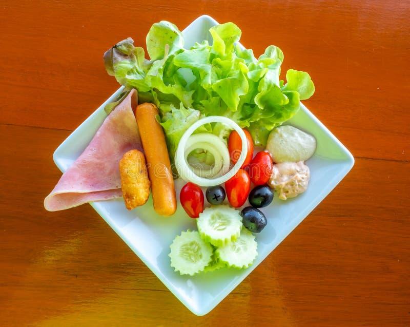 Ontbijt met salade op lijst stock fotografie