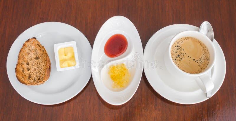 Ontbijt met toost en koffie stock afbeeldingen