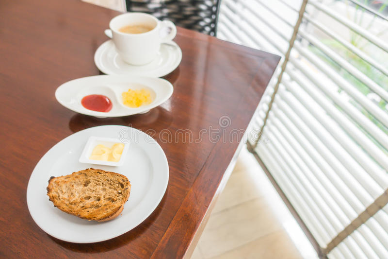Ontbijt met toost en koffie royalty-vrije stock foto's