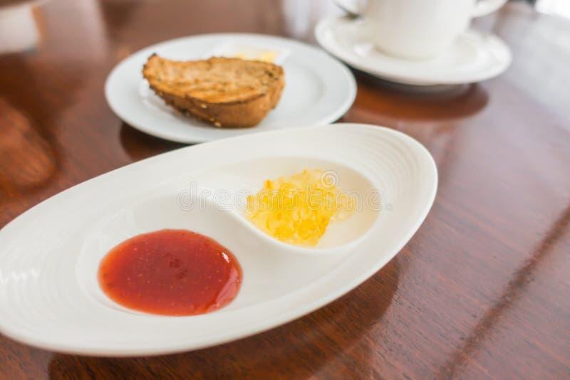 Ontbijt met toost en koffie stock afbeelding