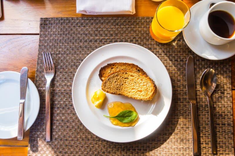 Ontbijt met toost en koffie royalty-vrije stock afbeeldingen