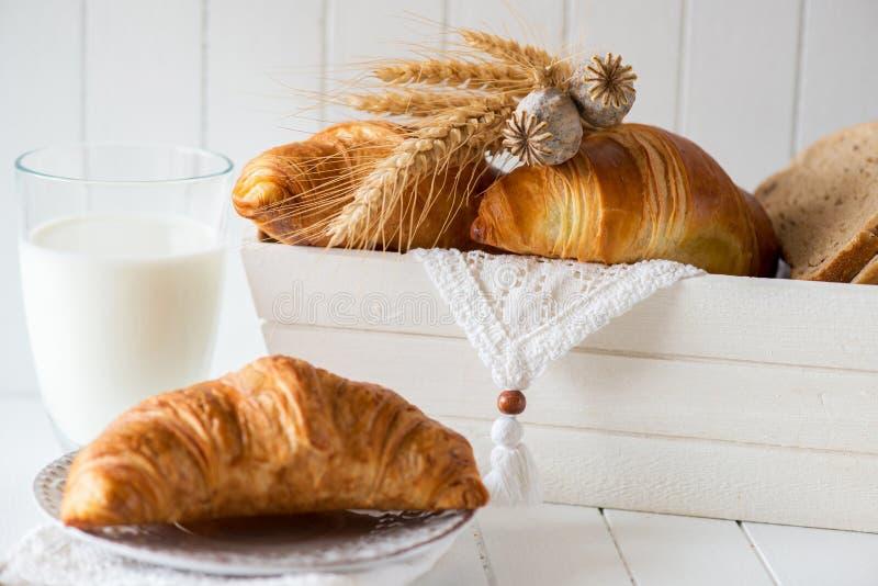 Ontbijt met vers Gebakken Croissants royalty-vrije stock foto's