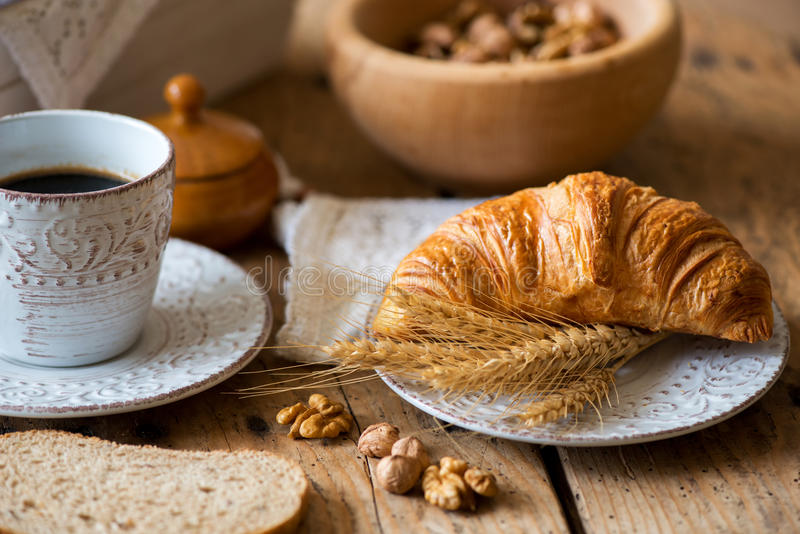 Ontbijt met vers Gebakken Croissants royalty-vrije stock afbeeldingen