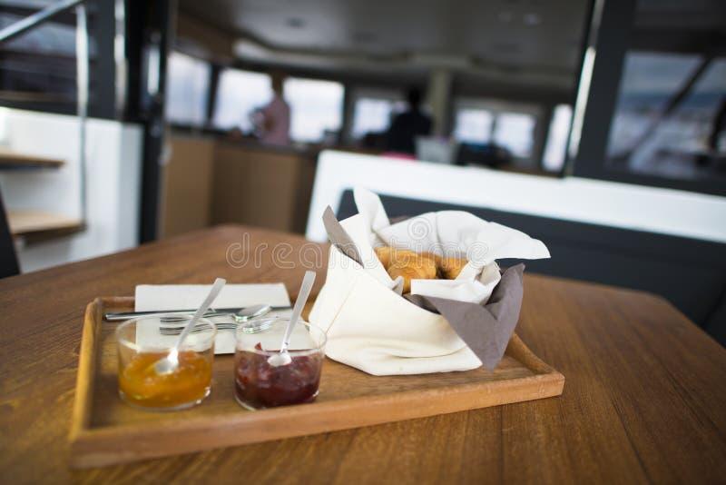 Ontbijt met vers gebakken croissants en jam stock fotografie