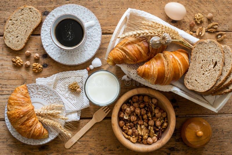Ontbijt met vers gebakken croissants - hoogste mening royalty-vrije stock fotografie
