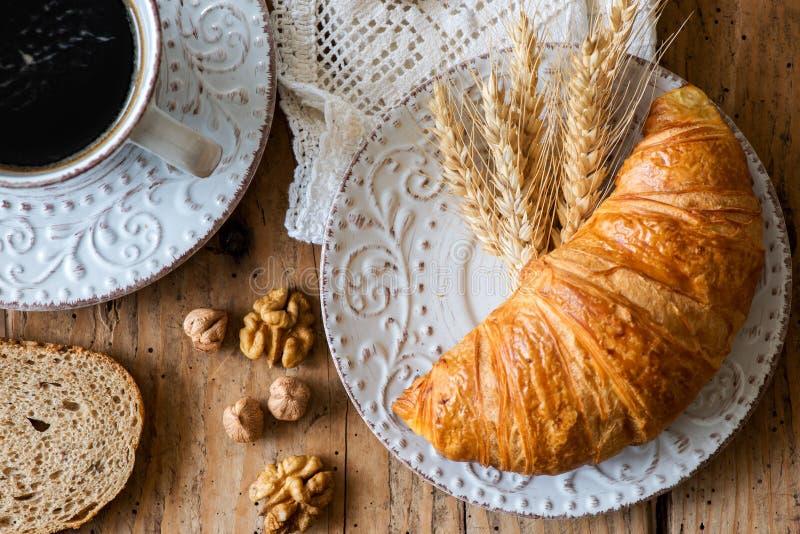 Ontbijt met vers gebakken croissants - hoogste mening royalty-vrije stock afbeelding