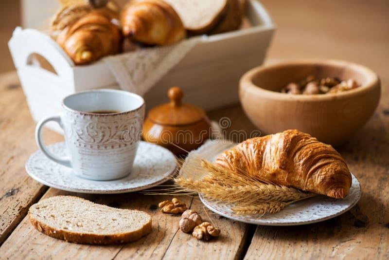 Ontbijt met vers gebakken croissants - uitstekende stijl stock afbeelding