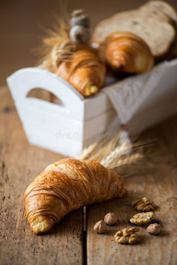 Ontbijt met vers gebakken croissants - uitstekende stijl royalty-vrije stock afbeeldingen
