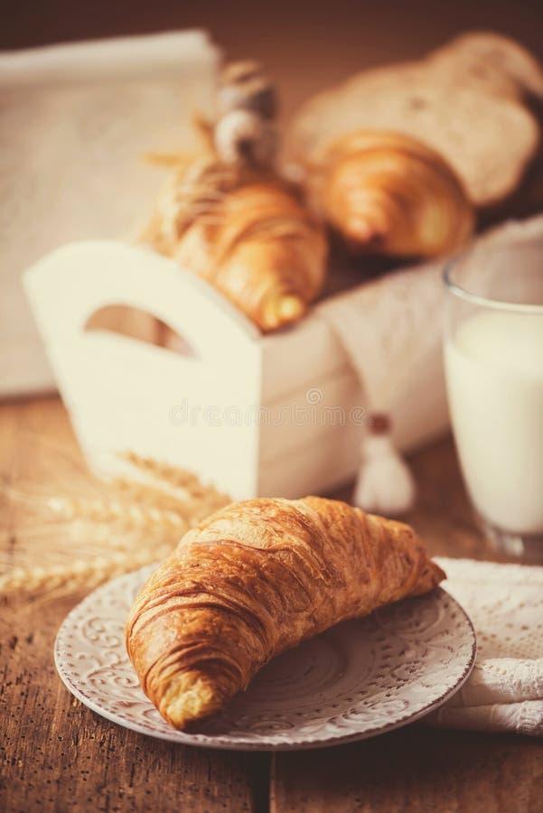 Ontbijt met vers gebakken croissants - uitstekende stijl stock fotografie