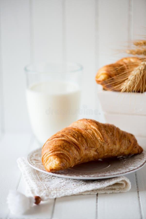 Ontbijt met vers gebakken croissants - verticale richtlijn stock afbeeldingen