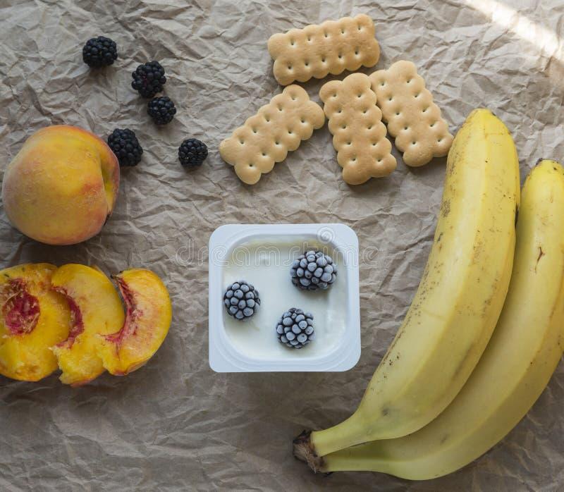 Ontbijt met Yoghurt en Vruchten royalty-vrije stock fotografie
