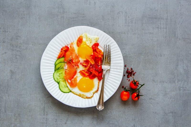 Ontbijt met zalm en gebraden eieren stock foto's