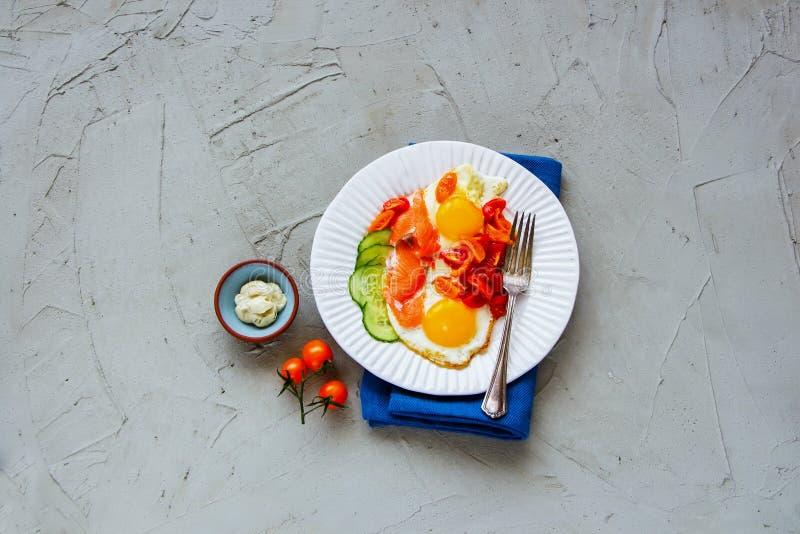 Ontbijt met zalm en gebraden eieren royalty-vrije stock foto's