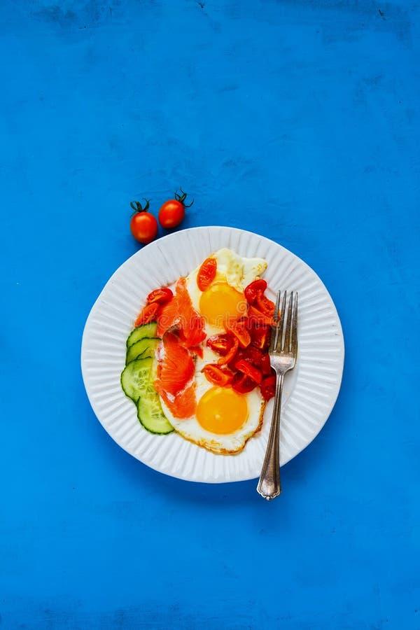 Ontbijt met zalm en gebraden eieren stock afbeelding