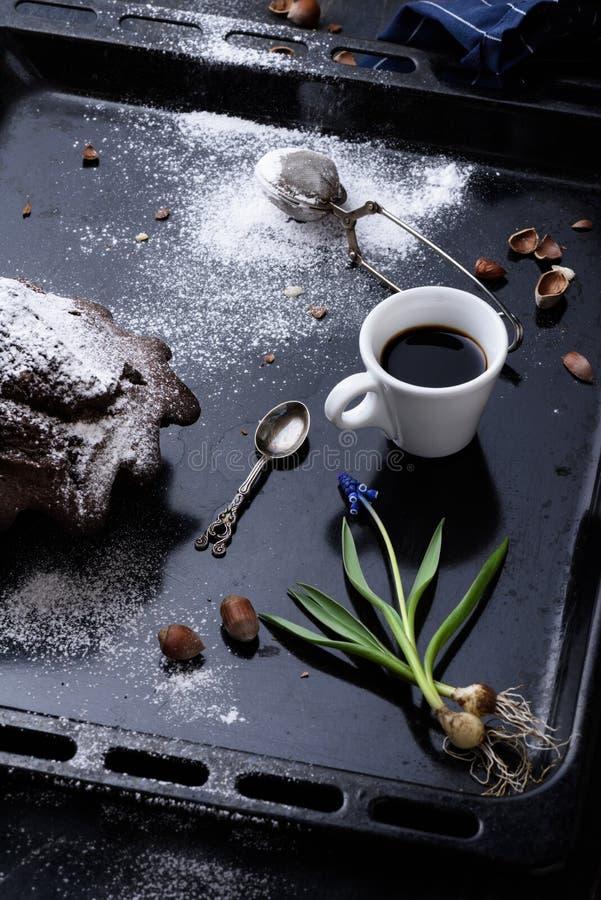 Ontbijt met zwarte koffie en zoet gebakje, chocoladecake  stock foto