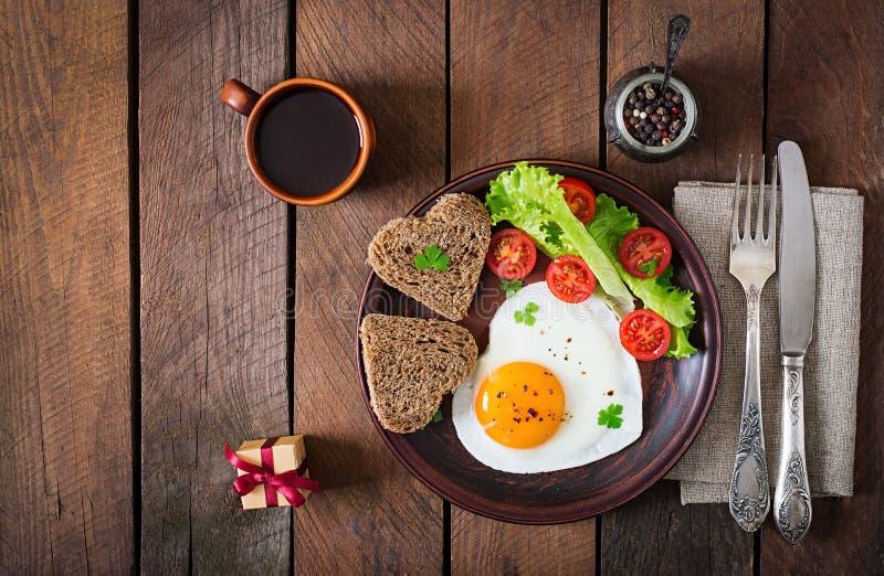 Ontbijt op de Dag van Valentine - gebraden eieren stock foto's