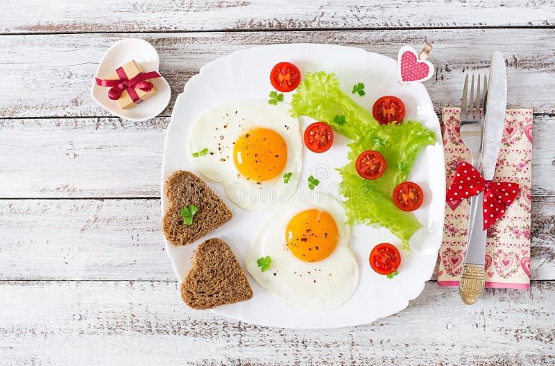 Ontbijt op de Dag van Valentine - gebraden eieren royalty-vrije stock afbeeldingen