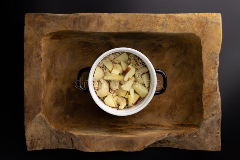 Ontbijt op een houten rechthoekige kom met een zwart-witte pot stock foto's