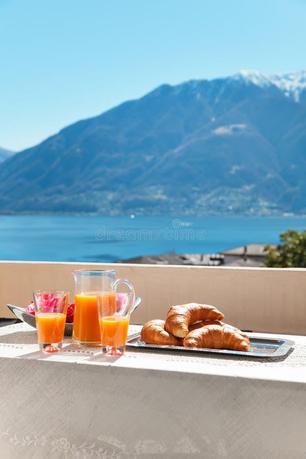 Ontbijt op het balkon, in openlucht royalty-vrije stock foto's