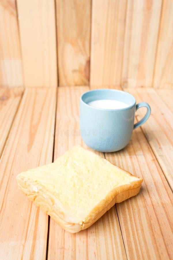 ontbijt op houten plaat stock foto's
