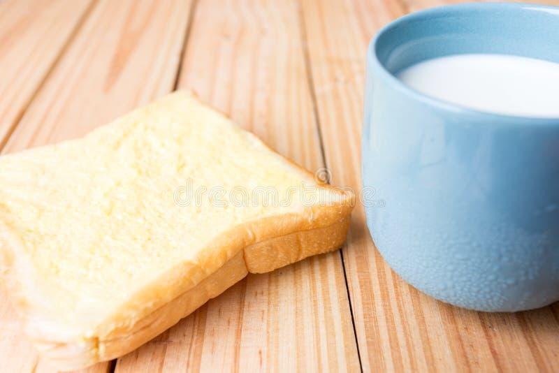 ontbijt op houten plaat royalty-vrije stock foto's
