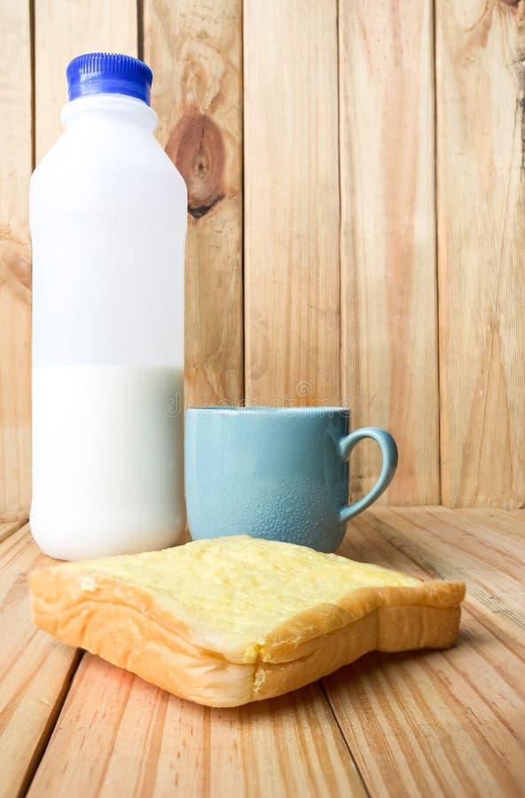 ontbijt op houten plaat royalty-vrije stock fotografie