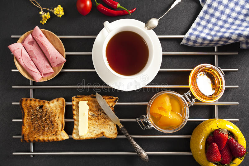 Ontbijt op zwarte achtergrond stock foto's
