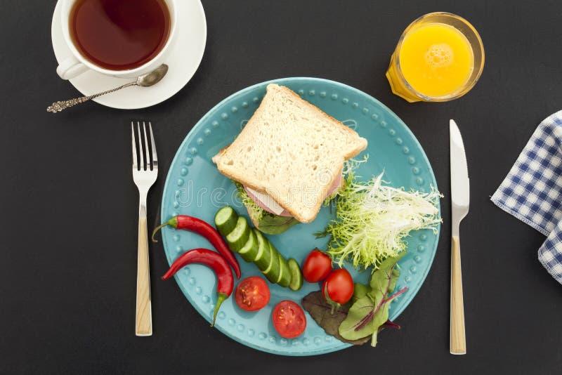 Ontbijt op zwarte achtergrond stock afbeeldingen
