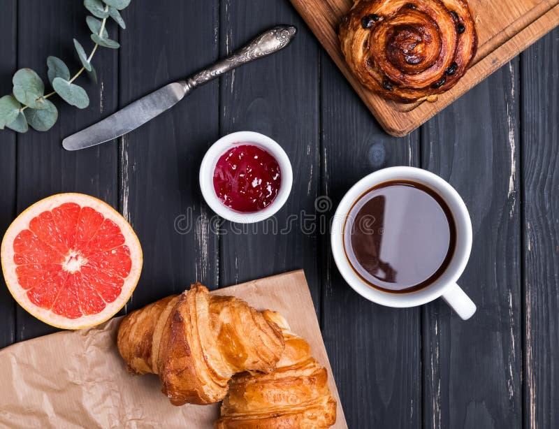 Ontbijt op zwarte houten achtergrond stock fotografie