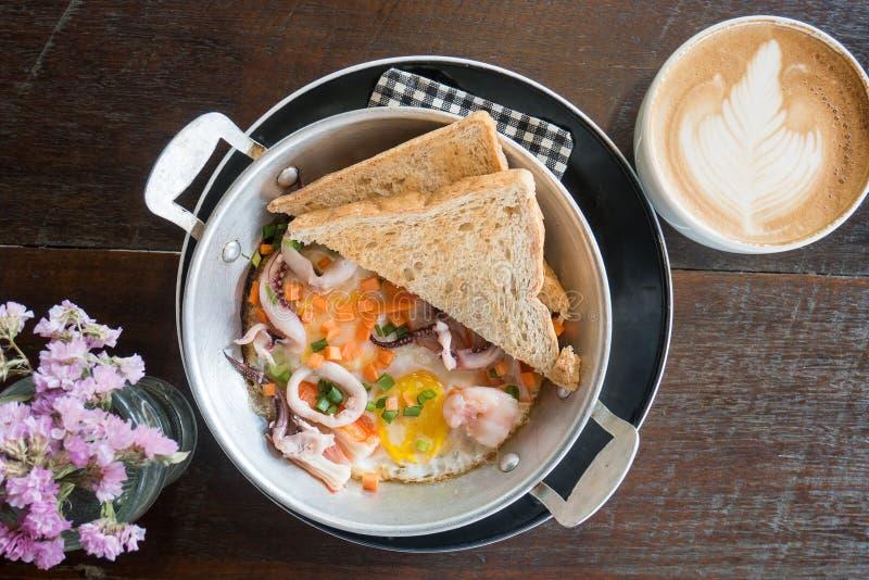 Ontbijt, pan-Gebraden ei, panomelet met zeevruchten stock afbeeldingen