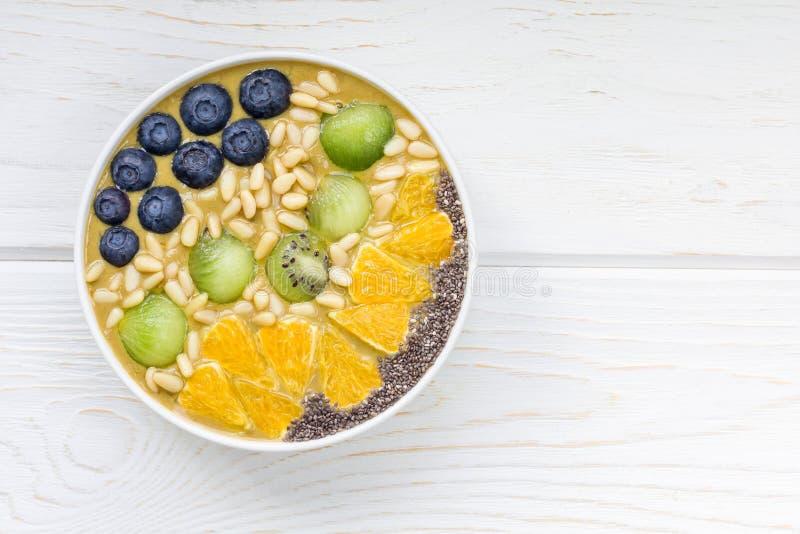Ontbijt smoothie kom met matcha groene thee, kiwi en banaan royalty-vrije stock foto's