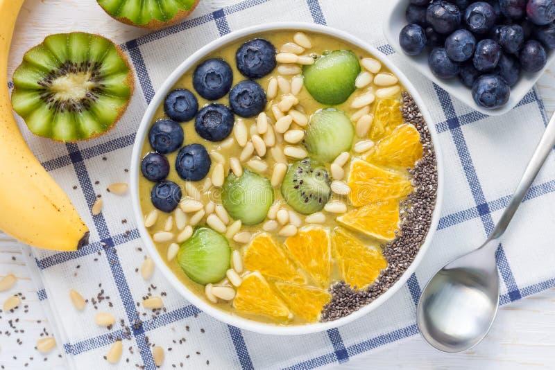 Ontbijt smoothie kom met matcha groene thee, kiwi en banaan royalty-vrije stock afbeelding