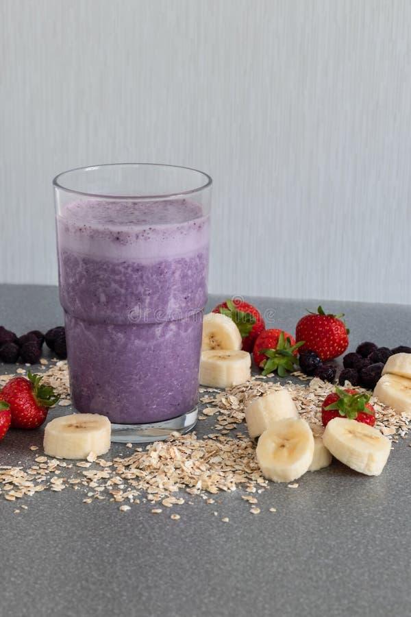 Ontbijt smoothie met fruitingrediënten stock foto's