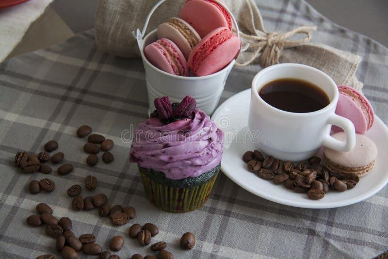 Ontbijt van braambes cupcake en koffie stock afbeeldingen