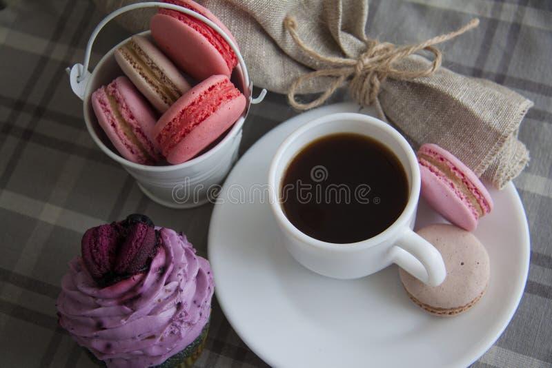Ontbijt van braambes cupcake en koffie stock fotografie