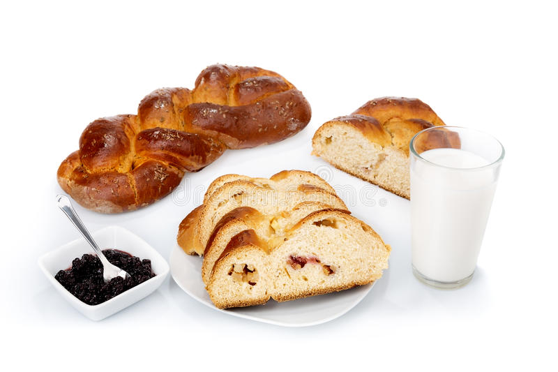 Ontbijt van eigengemaakte brood en marmelade verse melk. royalty-vrije stock fotografie