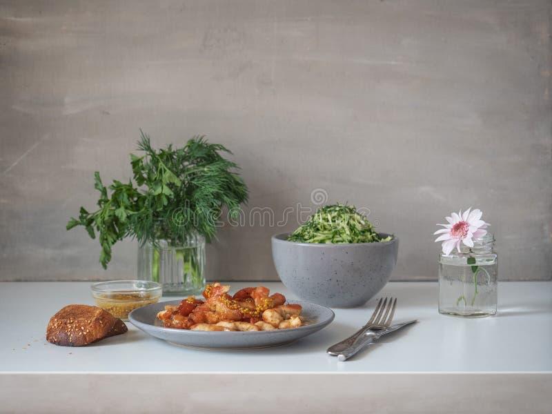 Ontbijt van gebraden kippenborst en koolsalade op een witte lijst stock afbeelding