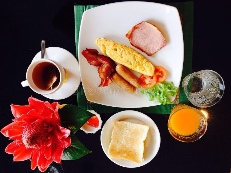 Ontbijt vastgesteld omelet en sap op zwarte achtergrond stock foto's