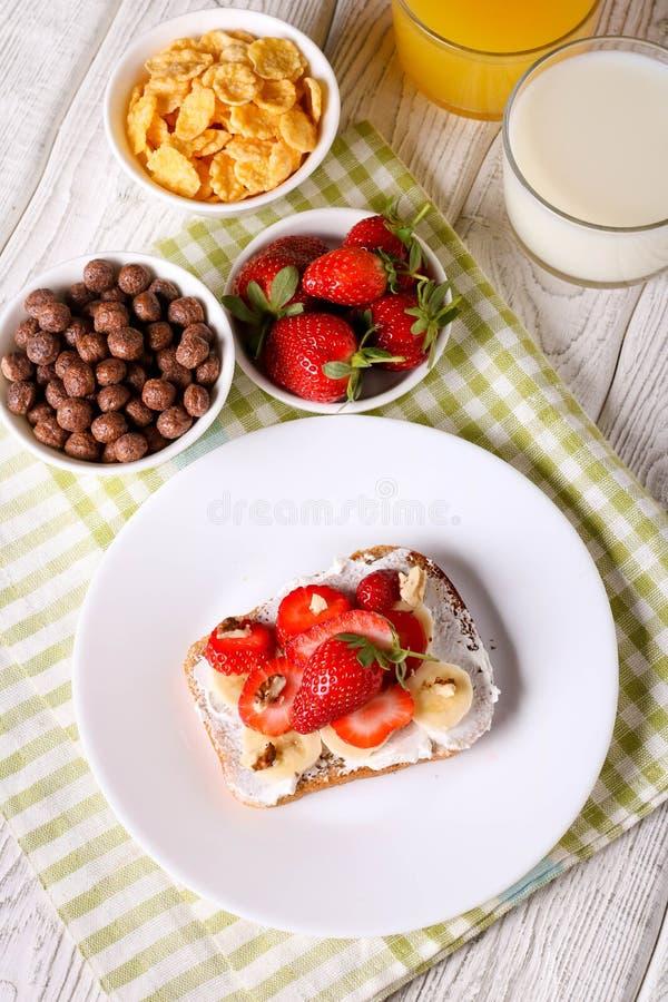 ontbijt: Verse toost met aardbei, banaan en noten royalty-vrije stock foto's