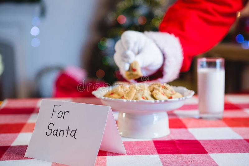 Ontbijt voor Kerstman op lijst wordt gehouden die royalty-vrije stock afbeelding