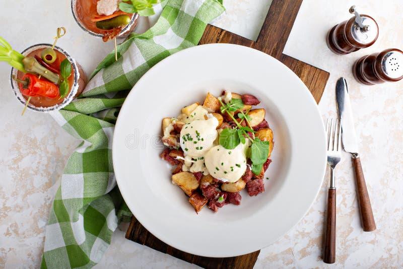 Ontbijtaardappels met eieren Benedict en rundvlees stock fotografie