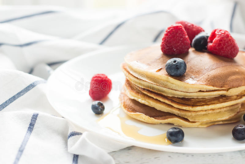 Ontbijtbessen Pannekoeken Romantisch ontbijt op een houten lijst De ochtend? gebied van de lente van groen gras en blauwe bewolkt royalty-vrije stock foto