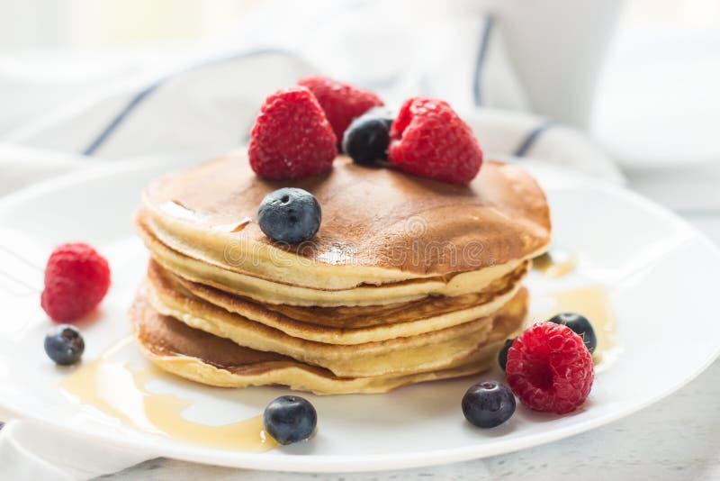 Ontbijtbessen Pannekoeken Romantisch ontbijt op een houten lijst De ochtend? gebied van de lente van groen gras en blauwe bewolkt royalty-vrije stock afbeelding