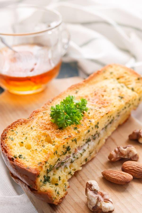 Ontbijtbrood met Amandelen en okkernoten, en thee of oranje jui stock afbeelding