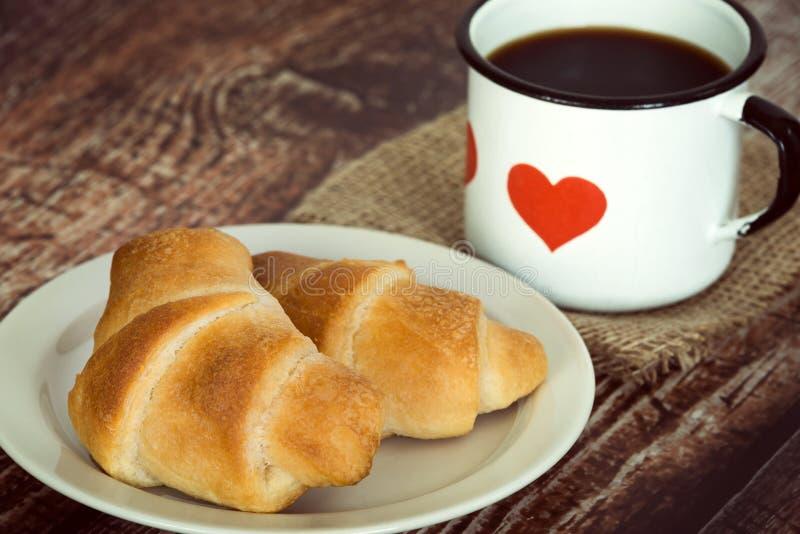 Ontbijtcroissants en koffie stock foto's