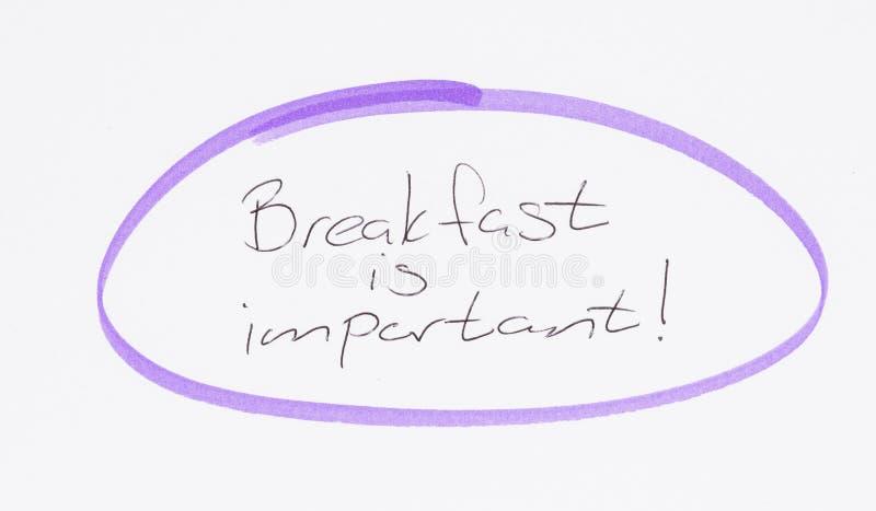 Ontbijten is belangrijk, met de hand geschreven stock foto