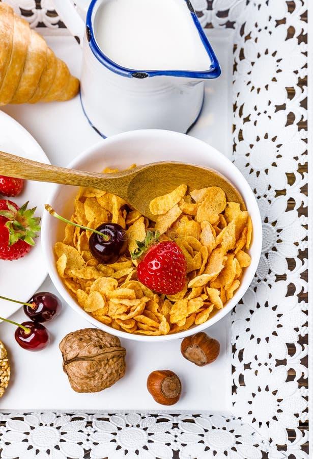 Ontbijten met cornflakes, bessenhoning en croissant royalty-vrije stock foto's