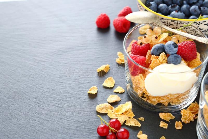 Ontbijtgraangewas en bessen in een glas stock afbeeldingen