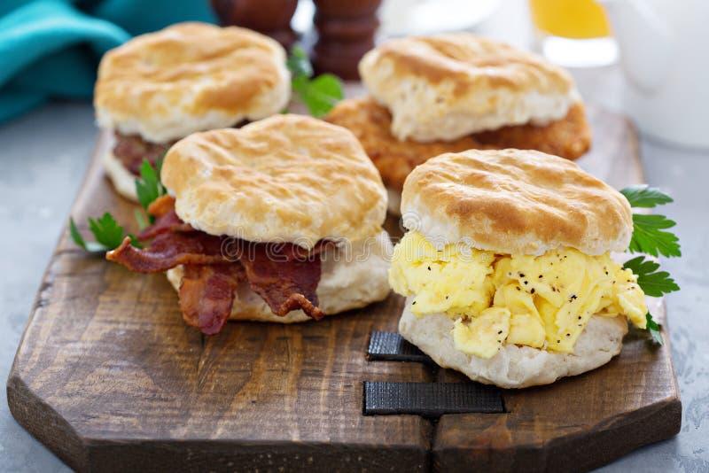 Ontbijtkoekjes met zacht roereieren en bacon royalty-vrije stock foto